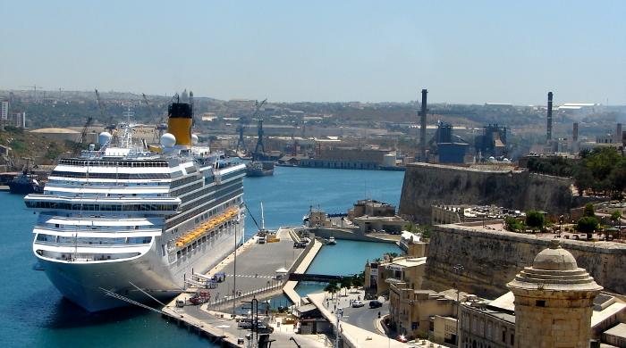 Kreuzfahrtschiff im Hafen von Valletta auf Malta