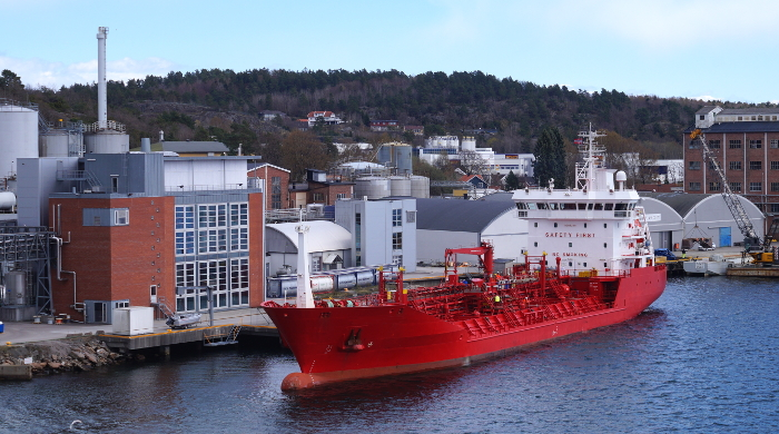Rotes Frachtschiff