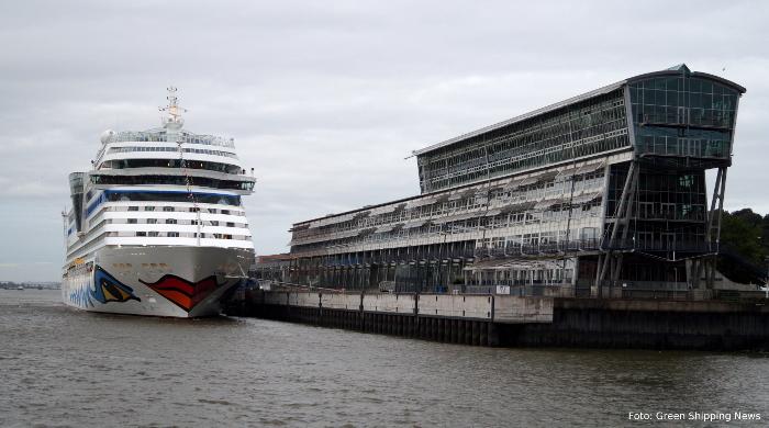Das Kreuzfahrtschiff Aida Sol wird in Hamburg über Landstrom versorgt.