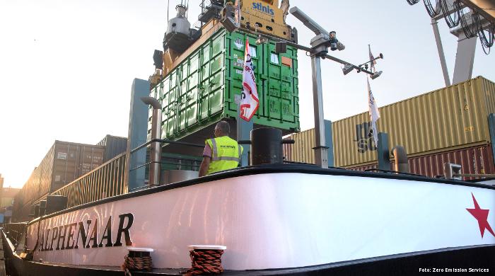 "Batterie-Container bringen das Binnenschiff ""Alphenaar"" in Fahrt"