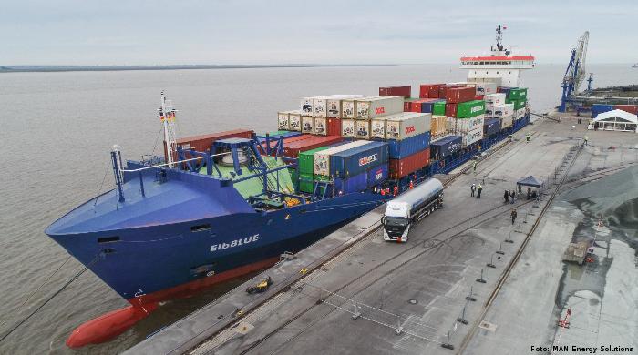"""""""Elbblue"""" wird als weltweit erstes Schiff mit synthetischem Erdgas betankt"""